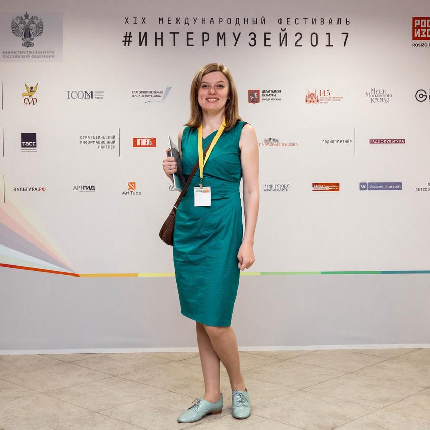 Представитель Камертон Про консультирует на выставке Интермузей