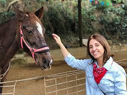 Mulher com cavalo na Equoterapia Transformar