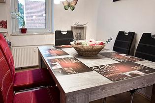 offene Kueche mit Esstisch für bis zu 6 Personen