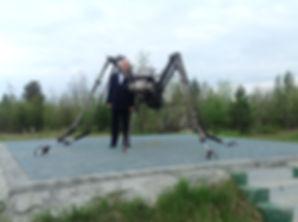 у памятника комару