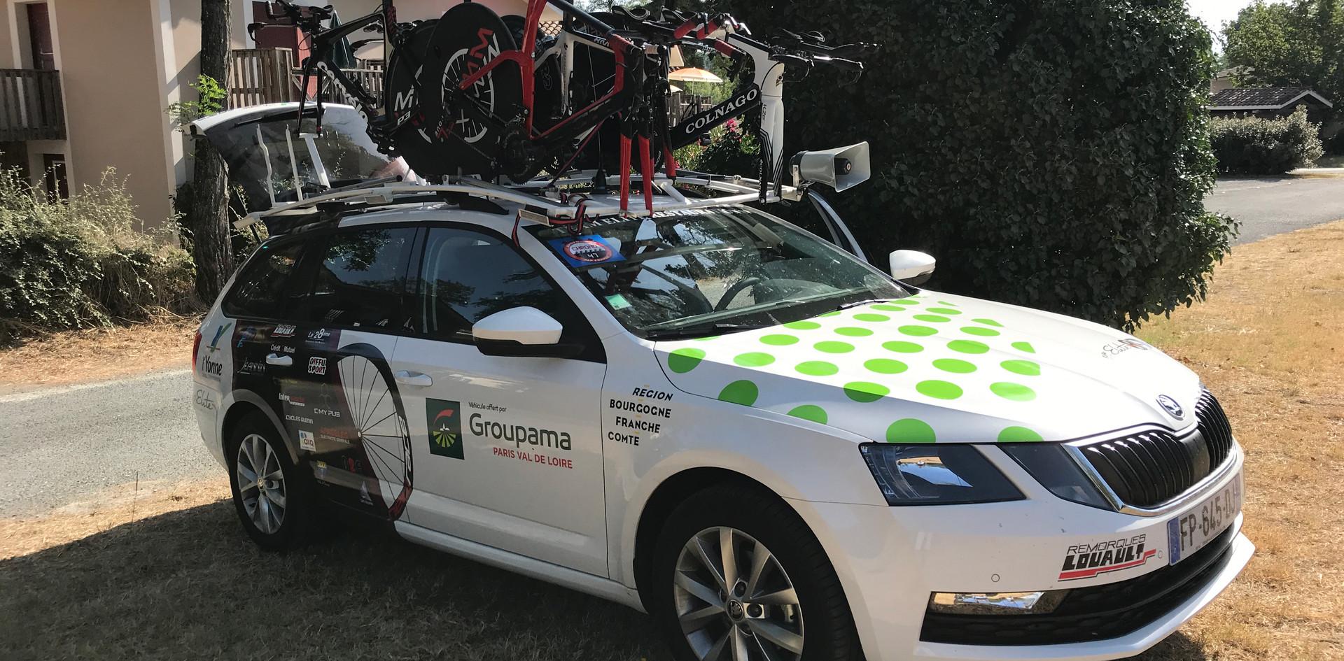 La voiture de l'équipe prête pour le départ