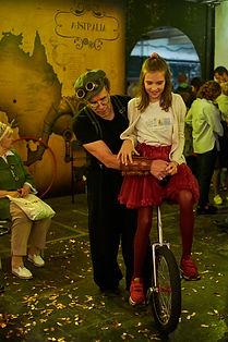 обучение езде на моноцикле. Интерактивный Стимпанк Цирк. Детское шоу на праздник.