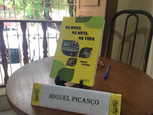 E a mandioca reúne dezenas em lançamento de livro