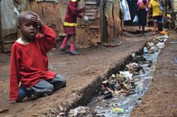 Liten-gutt-i-slummen