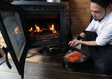 薪ストーブでスモークサーモンr料理