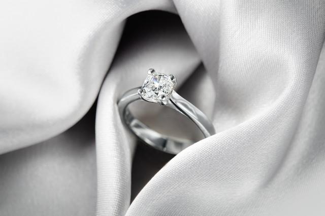 white gold diamond ring, hawaii jewelry photography