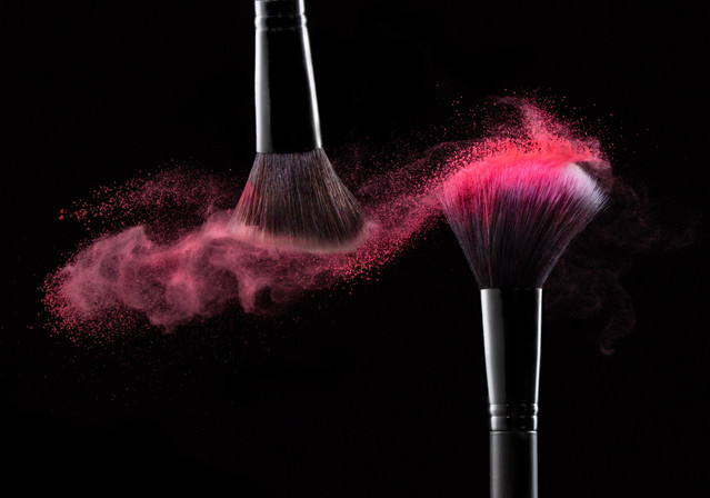 dynamic makeup brush with powder