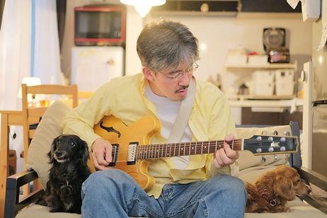 japanese man practicing beginner guitar lessons tokyo jazz
