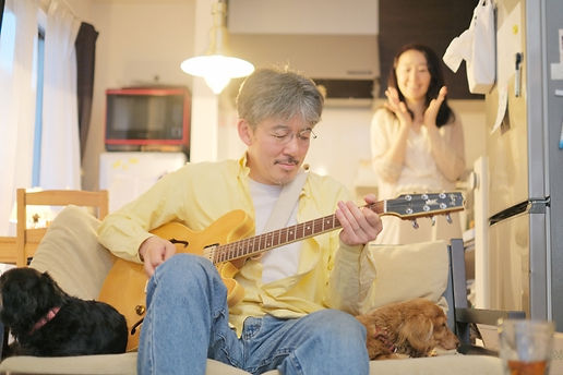 japanese man practicing beginner guitar lessons tokyo jazz