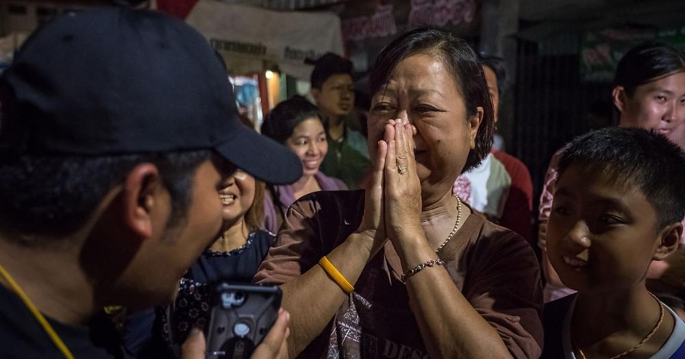 Meninos Tailandeses Meditam na Caverna