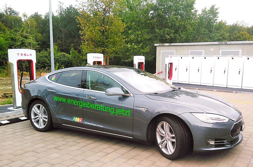 Büro für Energieberatung GEAK mit Elektrofahrzeug