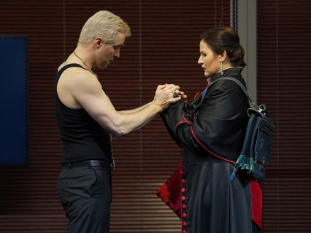"""In his house debut, """"fantastic singer-actor"""" Seth Carico excels in  Staatstheater Hannover"""