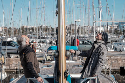 Segelboote besichtigen im Mittelmeer