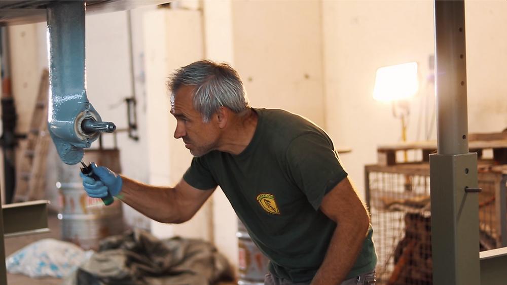 Hendrik beim Auftragen der ersten Schichten Epoxidharz