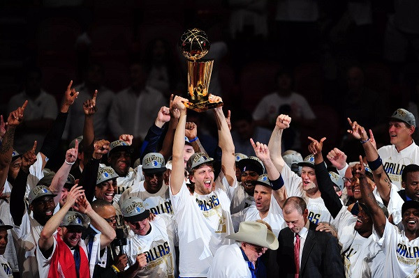 Dallas_Mavs_campioni_NBA_Around_the_Game