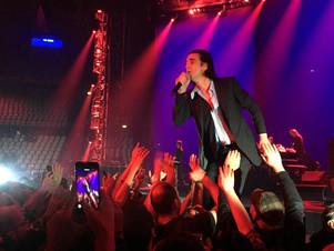 Nick Cave dolcissimo e violentissimo: una Messa laica, rock e catartica che incanta (anche) Roma.