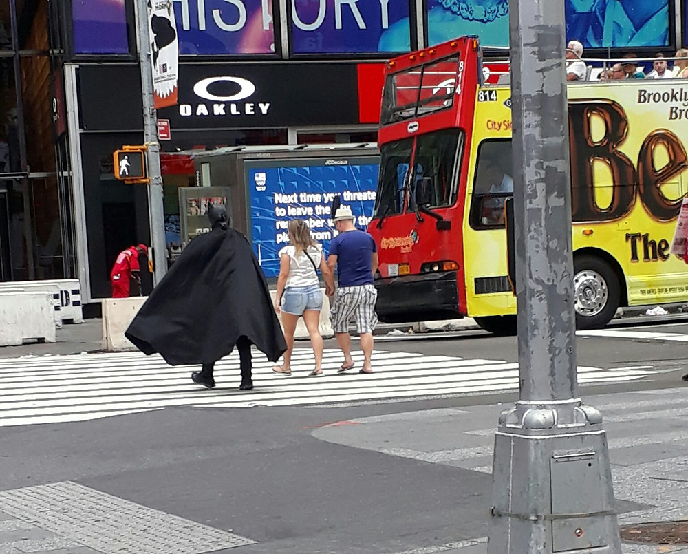 Batman attraversa la strada a Manhattan