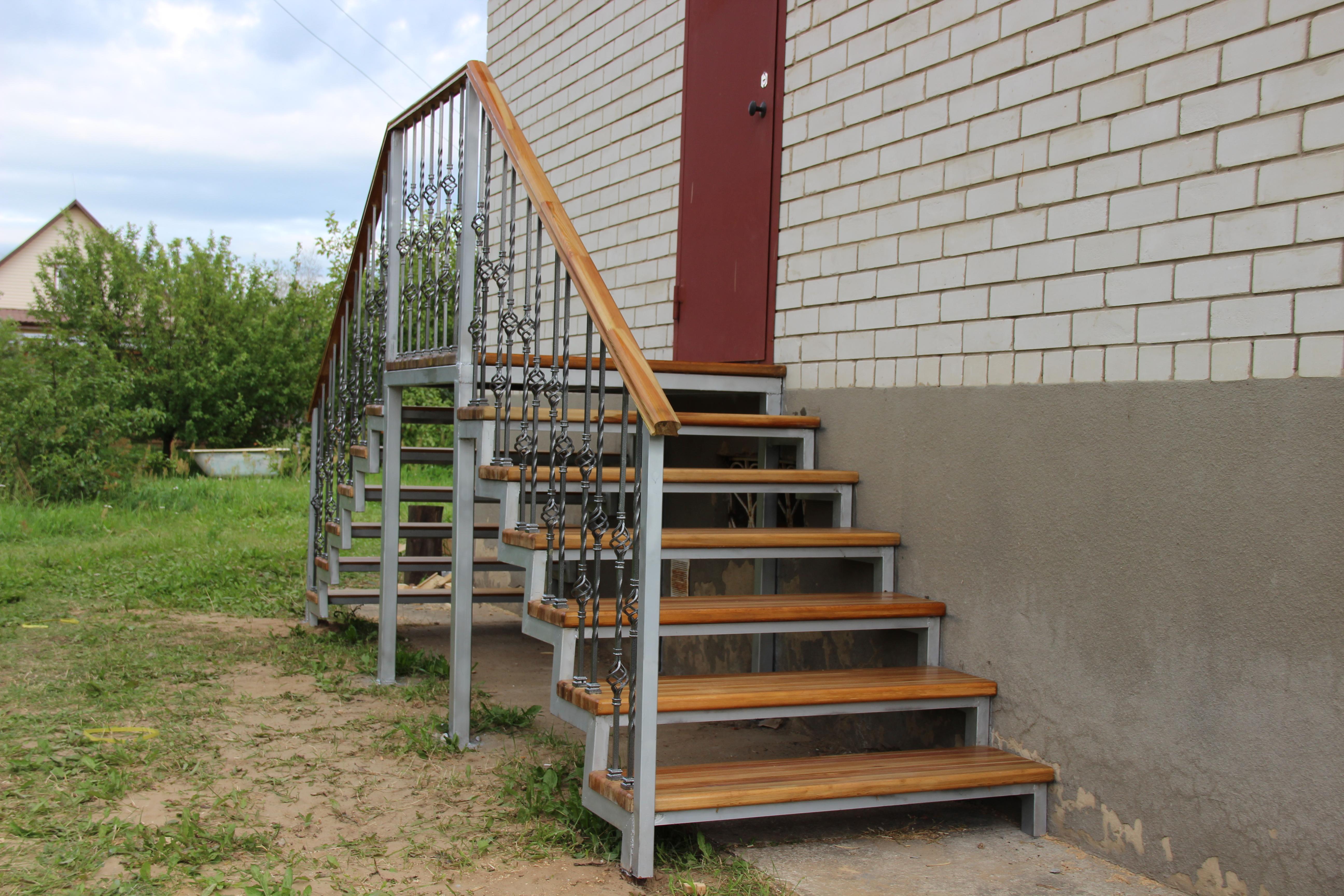 Уличная лестницы на металокаркасе