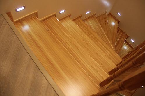 Отделка бетонной лестницы в коттедже