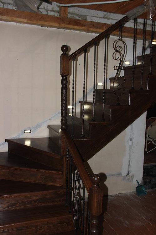 Деревянная лестница в доме с подсветкой по маршу лестницы
