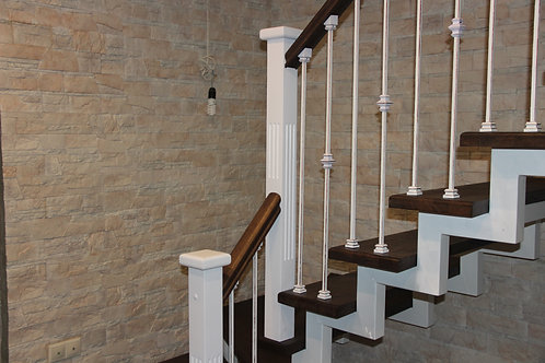 Изготовление лестницы на металлическом косоуре из дуба с кованным ограждением