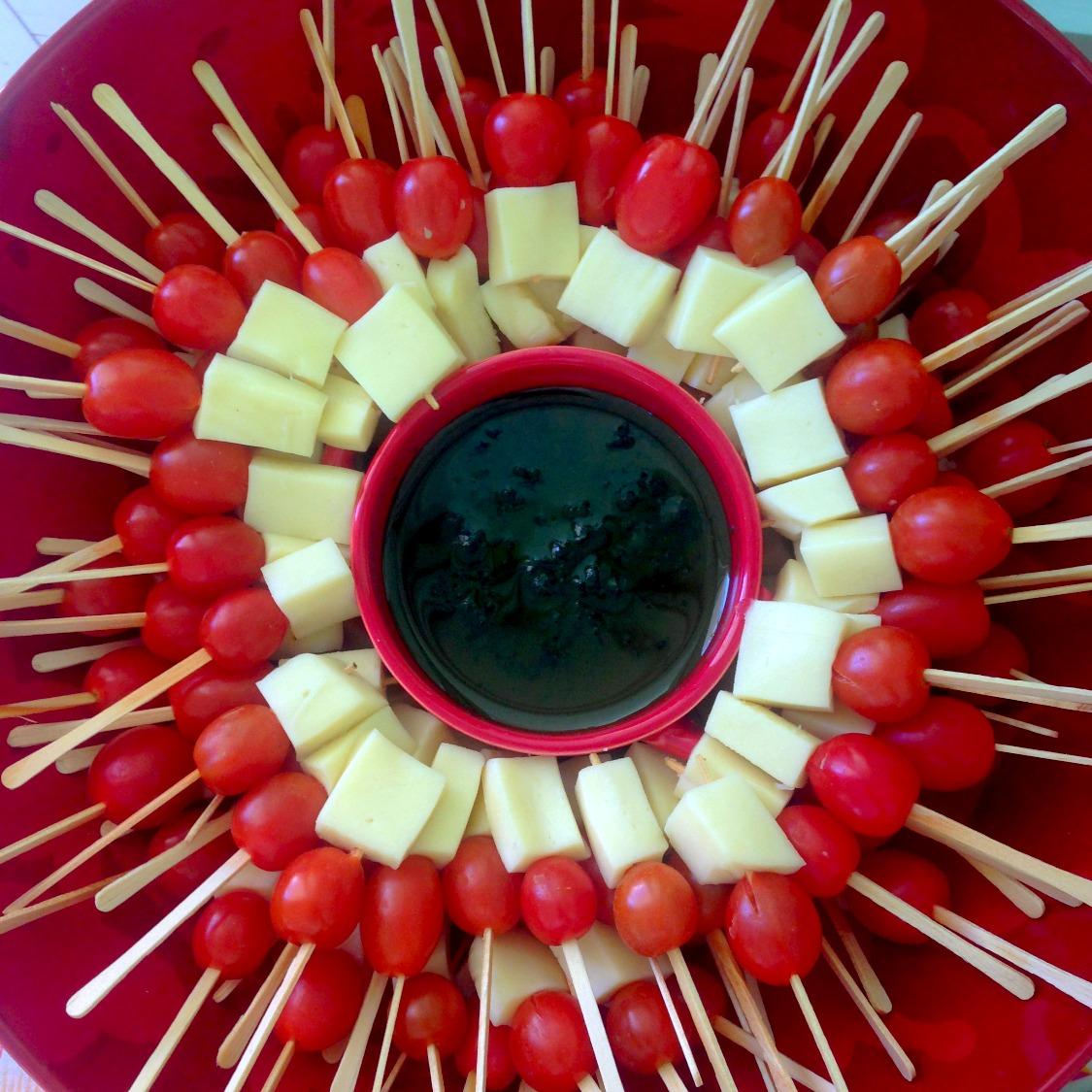 Espetinho de queijo com tomate