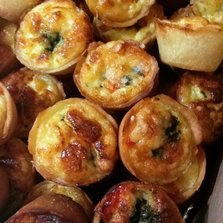 Mini quiche queijo, tomate e pesto