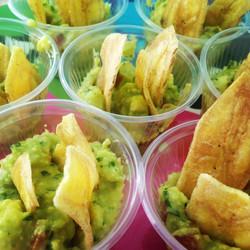 Guacamole com chips de banana