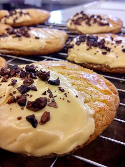 Sable breton, caramelized white chocolate, organic cocoa nibs