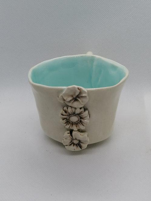 Tasse bleue à fleurs