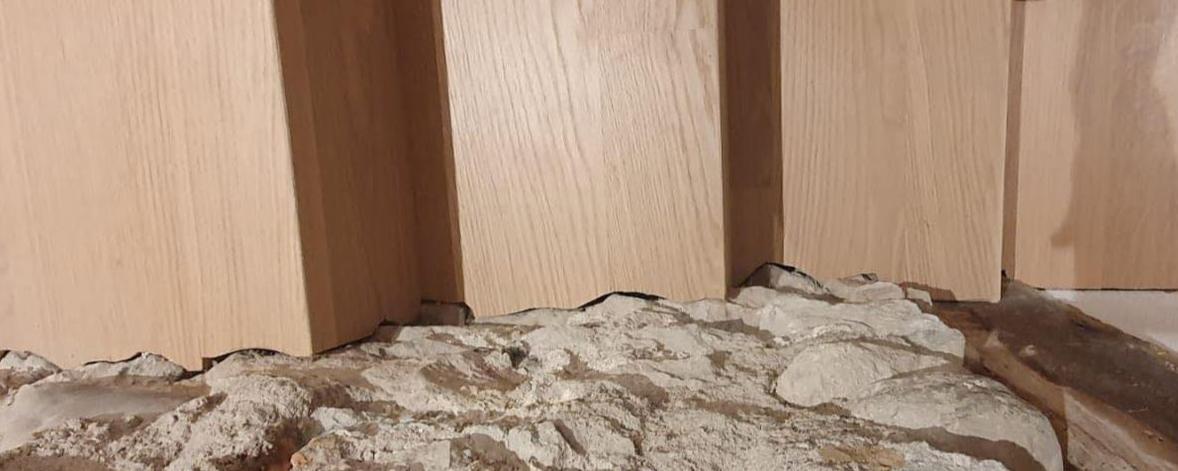 Aufwärts_Winkelstufe an Natursteinwand ab Werk sauber eingepasst