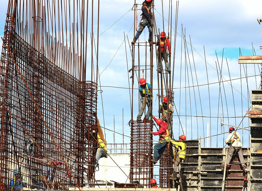 Trabajadores colocando varillas