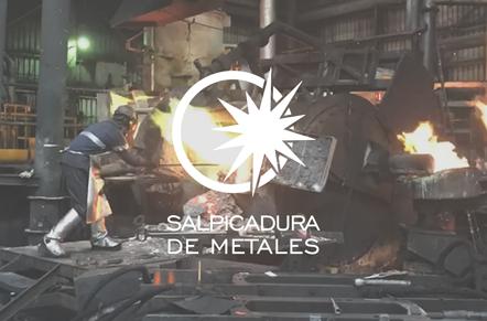 Trabajador de la industria metalúrgica con símbolo blanco de circulo y chispa con leyenda salpicadura de metales.