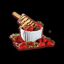 Um picolé mergulhado num delicioso bolo de chocolate quentinho, servido com morangos frescos em pedaços, chocolate ao leite e castanhas