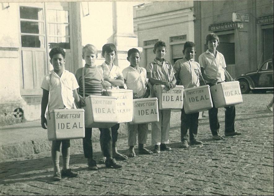 Essa foto com os sorveteiros e suas caixinhas de sorvetes foi tirada na década de 1970 na esquina da Rua Nove de Julho com a Rua João Corazzari no Centro de Vinhedo