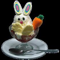 Um simpático coelhinho, bem fofinho, feito com uma bola se sorvete, pedacinhos de morangos, gelatina, chantilly, marshmallow, confeitos e decorações de chocolate branco