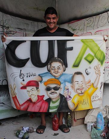 Leo exibe painel que homenageia integrantes da Cufa | foto Marcelo
