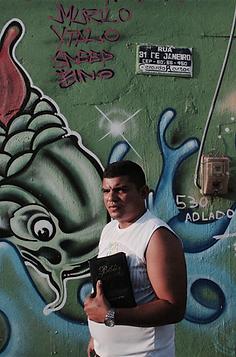 Pedro Henrique em frente a grafite coletivo | foto Marcelo Barbalho