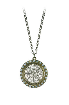 Rounded necklace with sparkling stones.