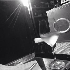 Carta, penna, un ottimo vino bianco e un po' di tranquillità in stile steampunk..