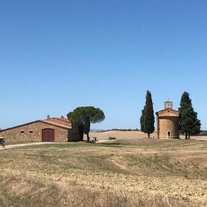Una piccola Chiesa nelle dolci colline toscane