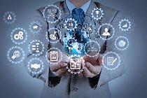 бизнесмен-показывает-современную-техноло