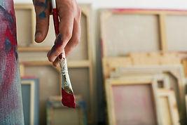 Tenant un pinceau