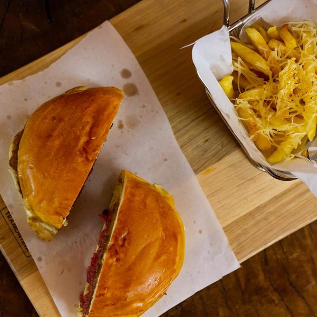 Burguer premium com fritas ao parmesão trufado