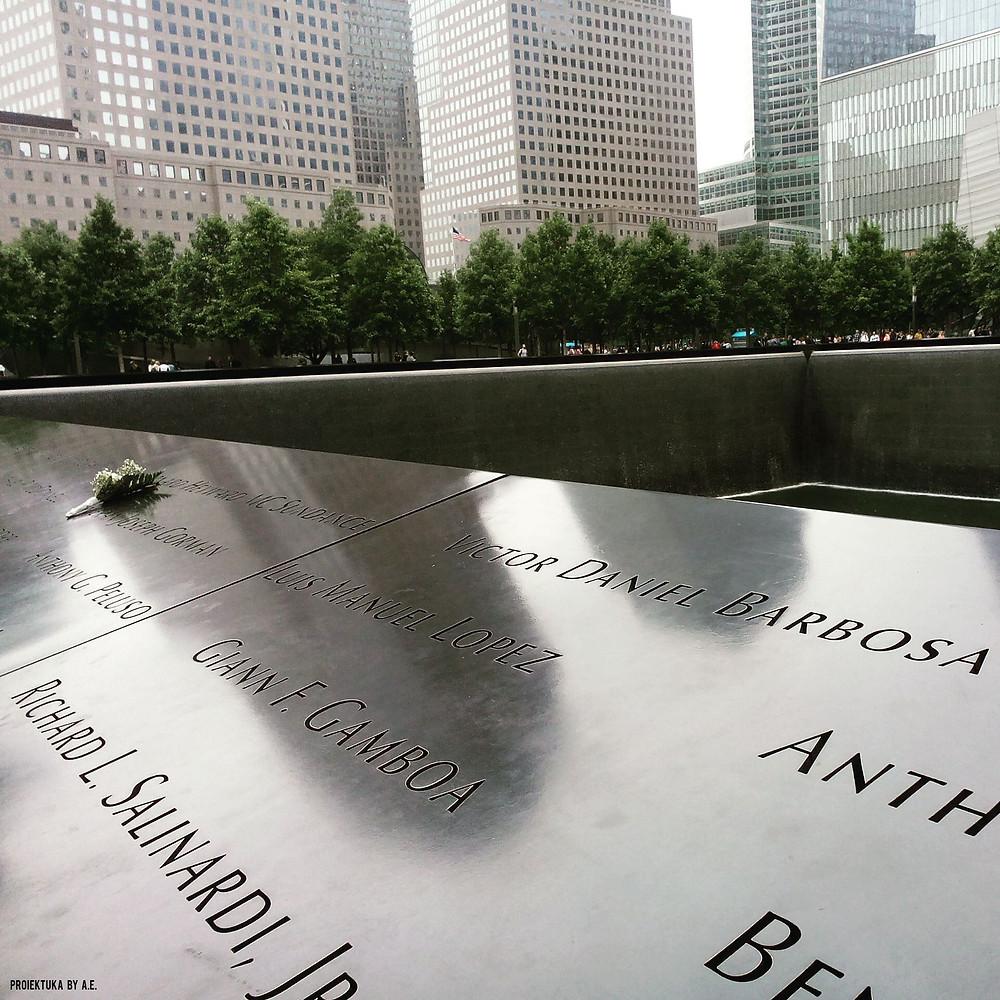 Una de las piscinas de la Zona 0 de NYC con los nombres de las víctimas que perecieron en la torre, foto de Ainhoa E.S. y Proiektuka.