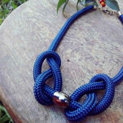 Colar em corda náutica com acabamento em metal