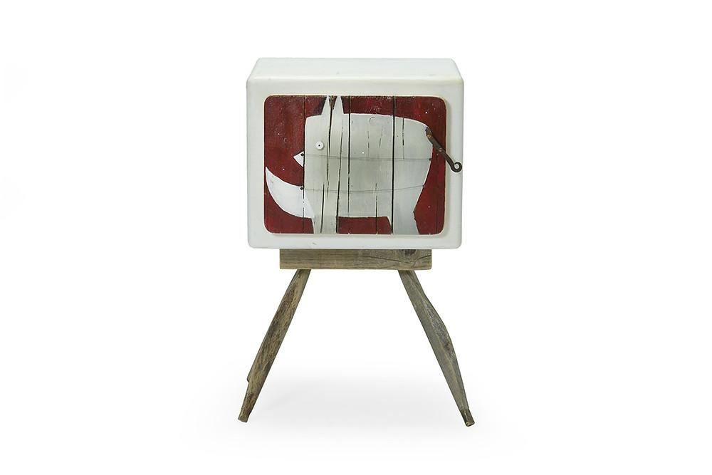 Disegno di elefante grigio con cosa di oggetto vintage su mobile . Illustrazioni per le camerette