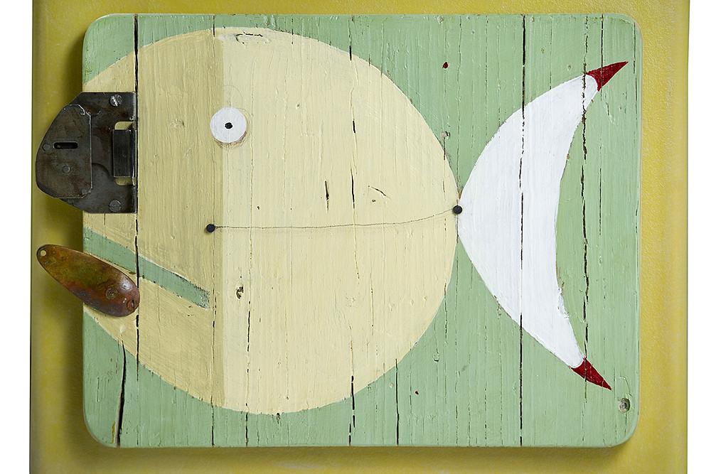 Comodino o mobiletto con sportello disegnato. Pesce disegnato a mano con acrilico e bocca con oggetto in legno e vecchia serratura