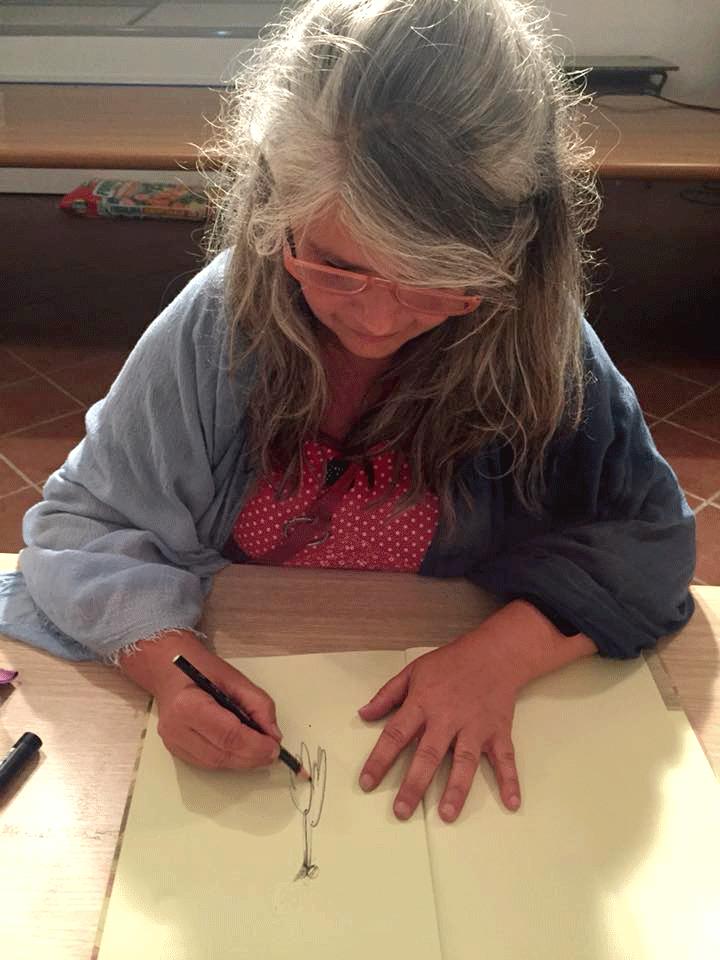 illustratrice disegna a mano libera su carta e matita