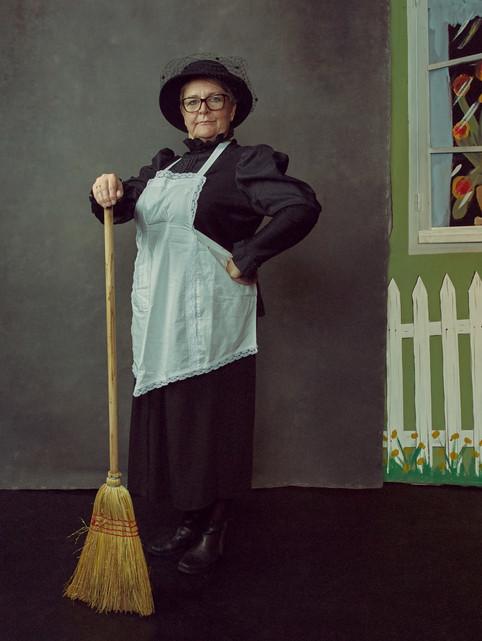 Portræt af Susanne Pedersen i sit kostume til Folk og Røvere i Kardemomme By. JAS bogprojekt. Jægerspris, Danmark.